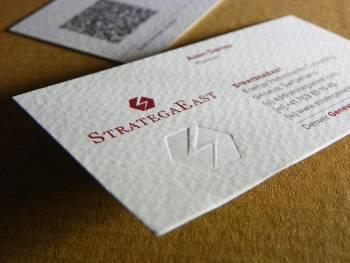 vizit karte u 2+1 boji, sa blindrukom (suvim žigom), i QR kodom